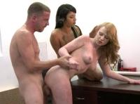 Due amiche affamate trombate in una scena porno di sesso a tre