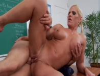 Amber Irons si fotte in classe con uno studente