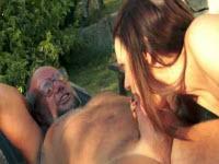 Sesso outdoor con mignotta fottuta dal nonno perverso