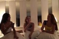 Amiche lesbiche fanno sesso di gruppo con un maschione