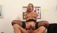 Brandi Love raggiunge un orgasmo in ufficio